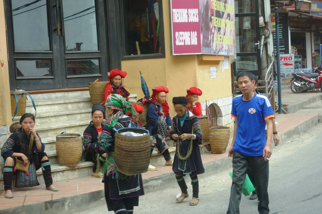 Red Dzao selling their handicrafts in Sapa
